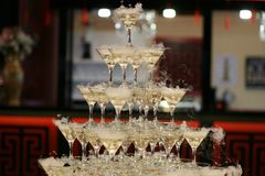 Pyramid av champagneexponeringsglas I ferie royaltyfri foto