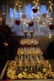 Pyramid av exponeringsglas av champagne på ett bröllop Royaltyfria Foton