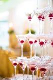 Pyramid av exponeringsglas med champagne Royaltyfri Bild