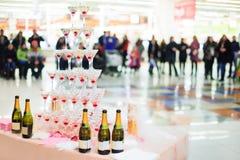 Pyramid av exponeringsglas med champagne Royaltyfria Foton