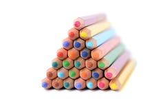 Pyramid av färgblyertspennor över vit Fotografering för Bildbyråer