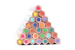 Pyramid av färgblyertspennor Arkivbild