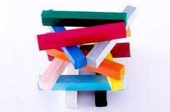 Pyramid av färgrika färgpennor Royaltyfria Foton