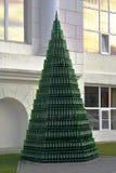 Pyramid av flaskor av champagne nära den administrativa byggnaden av vinodlingen Abrau-Durso (Krasnodar, Ryssland) Royaltyfri Fotografi
