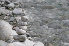 Pyramid av flodstenar arkivfoto