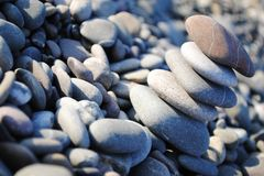 Pyramid av havsstenar på kusten Arkivbild