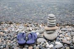 Pyramid av havsstenar p? kiselstenar av havskusten seascape Begreppet av j?mvikt och andlighet arkivfoton