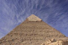 Pyramid av Khafre med den blåa skyen och oklarheter, Cairo, Royaltyfri Bild