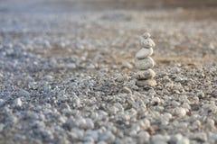 Pyramid av kiselstenar på stranden i Grekland Royaltyfria Bilder