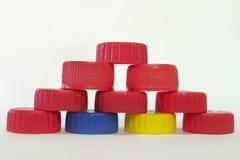 Pyramid av lock från plast- flaskor Arkivfoton