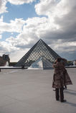 Pyramid av Louvremuseet Arkivfoto