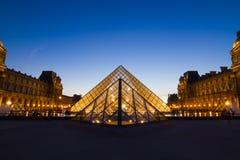 Pyramid av Louvremuseet i Paris Royaltyfri Foto