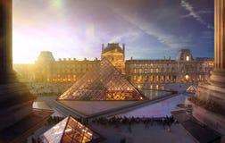Pyramid av Louvremuseet i Paris på solnedgången Fotografering för Bildbyråer