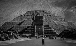 Pyramid av månen som är svartvit, Teotihuacan, Mexico Arkivfoto