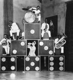 Pyramid av musiker (alla visade personer inte är längre uppehälle, och inget gods finns Leverantörgarantier att det ska finnas in Royaltyfria Foton