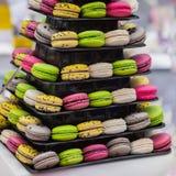Pyramid av olika anstrykningar för olika franska färgrika makron och olika färger, franska söta kakor från mandeln Royaltyfri Fotografi