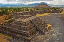 Pyramid av solen och plattformarna i Teotihuacan Arkivfoton