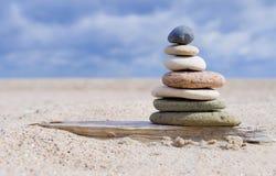 Pyramid av stenar med kiselstenar från stranden arkivfoto