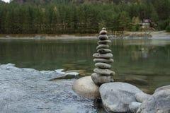 Pyramid av stenar på flodbanken ETT STÄLLE FÖR MEDITATION Resa till och med den bergiga Altaien Royaltyfria Foton