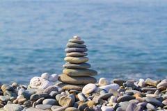 Pyramid av stenar på stranden royaltyfri foto