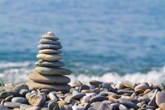 Pyramid av stenar på stranden royaltyfria foton