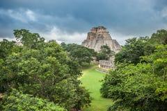 Pyramid av trollkarlen i Uxmal, Yucatan, Mexico Arkivfoto