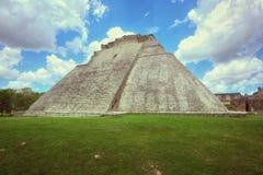 Pyramid av trollkarlen i Uxmal, Yucatan, Mexico Royaltyfria Bilder