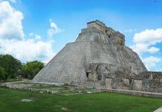 Pyramid av trollkarlen i Uxmal, Yucatan, Mexico Royaltyfri Foto