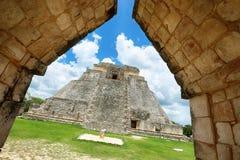 Pyramid av trollkarlen i Uxmal, Yucatan, Mexico Royaltyfri Bild