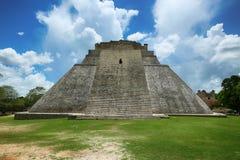Pyramid av trollkarlen i Uxmal, Yucatan, Mexico Royaltyfri Fotografi