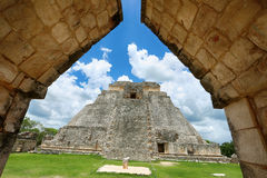 Pyramid av trollkarlen i Uxmal, Yucatan, Mexico Arkivbild