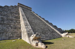 Pyramid El Castillo i Chichen-Itza, Mexico Arkivfoto