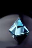 pyramid för kristall för aquamarineblue Fotografering för Bildbyråer