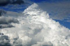 Pyramid format moln Arkivfoton