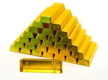 Pyramid från guld- guldtackor Royaltyfria Foton