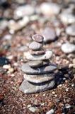 Pyramid från havsstenar Arkivfoton
