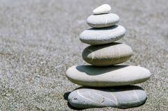 Pyramid från stenar på stranden Arkivbilder