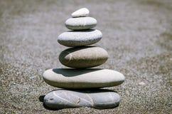 Pyramid från stenar på stranden Fotografering för Bildbyråer
