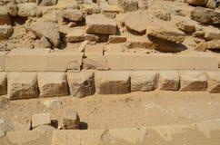Pyramid i sanddamm under gråa moln Royaltyfri Fotografi