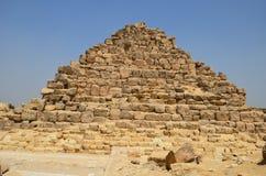 Pyramid i sanddamm under gråa moln Arkivfoton