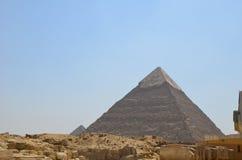 Pyramid i sanddamm under gråa moln Royaltyfria Bilder
