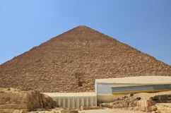 Pyramid i sanddamm under gråa moln Royaltyfri Bild