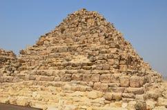 Pyramid i sanddamm under gråa moln Fotografering för Bildbyråer
