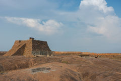 Pyramid med kanonen på det Thirumayam fortet Arkivbilder