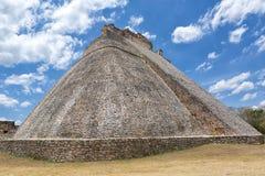 Pyramid på Uxmal den arkeologiska platsen i Mexico Royaltyfria Bilder