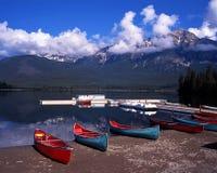 Pyramid sjö, Alberta, Kanada. Arkivbilder