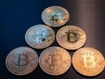 Pyramid som göras av guld- bitcoins för gruppbtc royaltyfria bilder