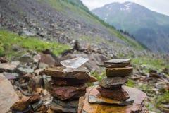 Pyramid staplade stenar, Chalaadi glaciär arkivfoton