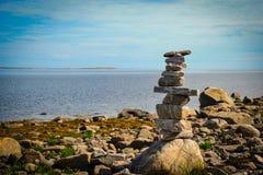 Pyramida sulla spiaggia del mar Bianco di estate Immagini Stock Libere da Diritti