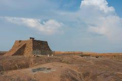 Pyramide avec le canon au fort de Thirumayam Images stock